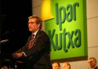 Carlos Osés, director general de Ipar Kutxa, se dirige a la Asamblea de la entidad.