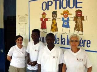 Las cooperantes de la Fundación Ruta de la Luz, junto a los responsables locales de la óptica.