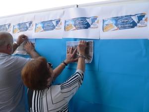 Los asistentes al acto colaboran aportando sus fotografías. Foto: Beñat Bustamante.