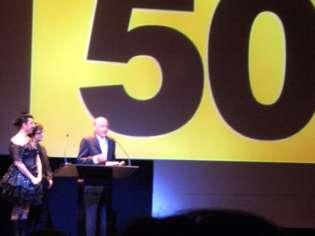 Richard Lester agradece el Mikeldi de honor, en presencia de los presentadores de la gala, Rossy de Palma y Gorka Aguinagalde. Foto: Javier Bustamante