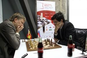 El ruso Kramnik (derecha) juega contra el español Shirov.