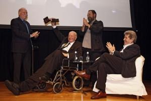 Tom Sharpe recibe el primer premio BBK La Risa de Bilbao.